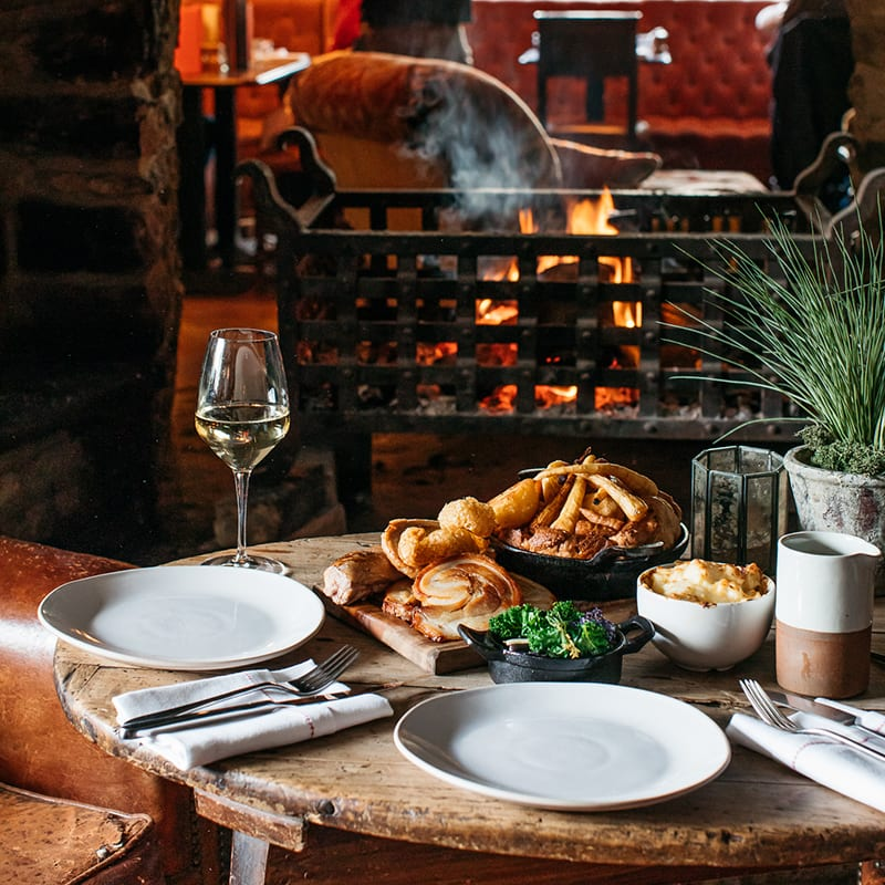 https://www.artistresidence.co.uk/wp-content/uploads/2019/05/Sunday-Roast-Sharers-at-The-Mason-Arms-South-Leigh.jpg